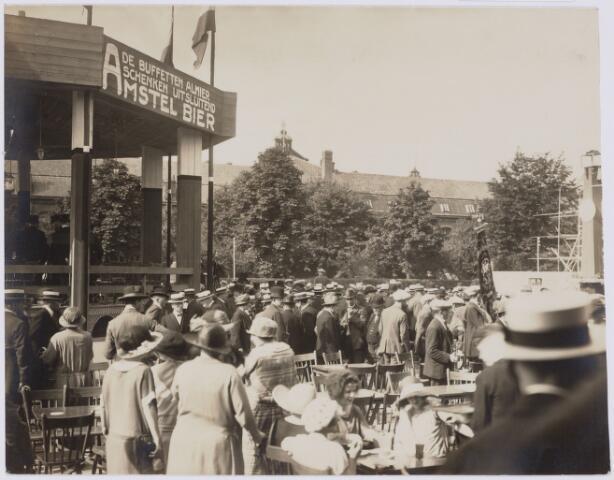 103807 - Internationale Tentoonstelling voor handel en Industrie gehouden van 18 juli - 18 augustus 1924 op een terrein gelegen tussen de Elzenstraat en de Industriestraat. Op de achtergrond Muziekinstrumenten fabriek Kessels.