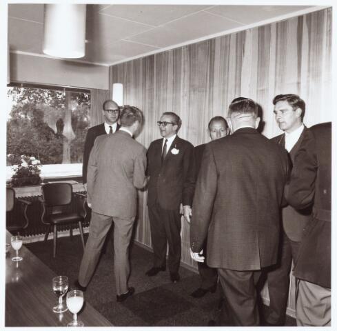 063233 - Op 2 september 1967 werd het cultureel centrum de Schalm aan de Eikenbosch 1 geopend. Receptie gemeentebestuur en stichtingsbestuur Gemeenschapshuis