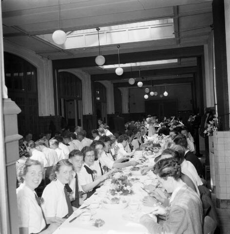 050465 - 50-jarig bestaan KAB en 25-jarig bestaan Kajotters. Taak: bundeling van activiteiten van de diverse R.K. Werkliedenverenigingen aanvankelijk in het federatief verband van de Bossche Diocesane Werkliedenbond, later als Tilburgse afdeling van de landelijke arbeiders- en vakbeweging op katholieke grondslag, tot de fusie daarvan met het N.V.V. in het F.N.V.
