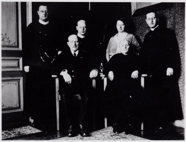 046013 - De familie Hamers-van Erven. Zittend Peter Hamers (1852-1935) hoofd van de openbare school te Goirle, en zijn vrouw Petronella van Erven (1861-1938) Staande v.l.n.r. Redemptorist Jan Baptist A. Hamers (1899-1975), redemptorist Jacobus J.A. Hamers (1888-1970), Johanna Hamers (1897-1989) en Petrus G.A. Hamers (1901-1946) pastoor van de parochie Trouwlaan te Tilburg.