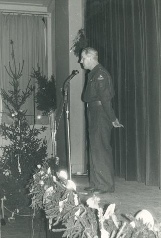 1696042 - Kerst. Het Nederlandse Rode Kruis afdeling Tilburg. Een toespraak tijdens de opening van het kerstfeest voor zieken en invaliden op tweede kerstdag, waarschijnlijk in 1960.