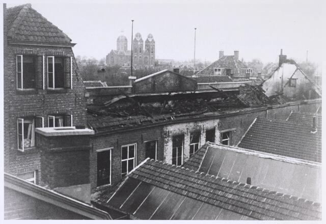 024680 - Omstreeks 1930 brak er brand uit bij schoenfabriek Van Arendonk aan de Korvelseweg. Op de achtergrond de inmiddels gesloopte St. Annakerk