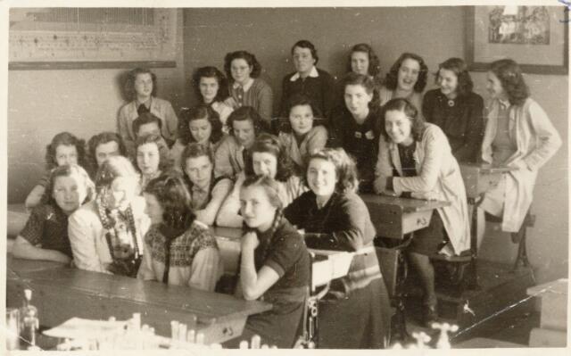051643 - Middelbaar onderwijs. Klassenfoto.  Het R.K. Theresialyceum. Leerlingen derde klas gymnasium.