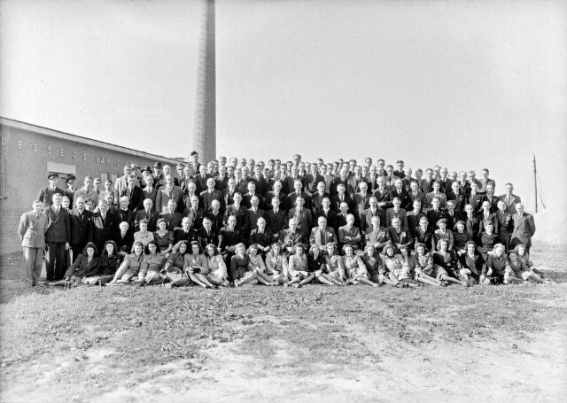 650475 - Schmidlin. Directie en personeel van de wollendekenfabriek en kamgarenspinnerij Pessers- van Zuijlen voor het fabrieksgebouw aan de Kuiperstraat 5, oktober 1947.