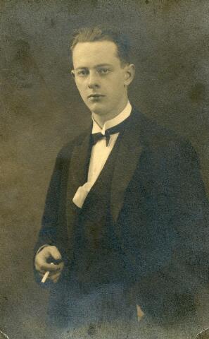 602000 - Leo van Beurden (1905-1961) in de periode dat hij als fotograaf-assistent werkzaam was bij de Haagse hoffotograaf Franz Ziegler. Leo moest zijn loopbaan bij dit voorname Haagse fotoatelier vroegtijdig stoppen in verband met het overlijden van zijn oom Sjef van Beurden (1872-1930). Deze oom was op dat moment fotograaf en eigenaar van het familiebedrijf  hoffotgraaf A. van Beurden aan de Willem II-straat te Tilburg. Leo keerde nog in 1930 terug naar Tilburg om daar het fotoatelier voort te zetten. De zaak was inmiddels (op papier) overgegaan op Henri van Beurden, de vader van Leo.