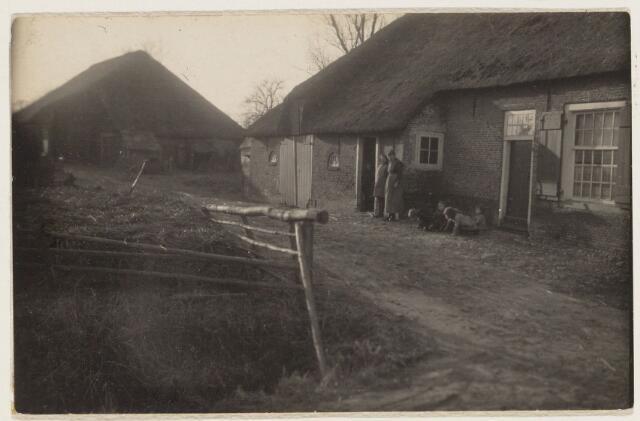101719 - Landbouw. Boerderij van de fam. Meeuwissen in de noord westelijke richting vanaf de Bouwlingstraat, gelegen aan de Bouwlingstraat op de noord hoek van de huidige B. Graafstraat en Bouwlingstraat.
