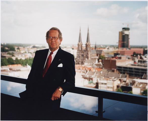 006651 - Mr. G.Ph. BROKX (1933-2002), burgemeester van Tilburg van 1988 tot 1997. Was voordien lid van Provinciale Staten (1966-1978) en Gedeputeerde Staten van Noord-Brabant (1970-1978) en twee maal CDA-staatssecretaris van Volkshuisvesting, van 1977 tot 1982 en van 1982 tot 1986. De foto is genomen op het balkon van het stadskantoor met uitzicht op de binnenstad.