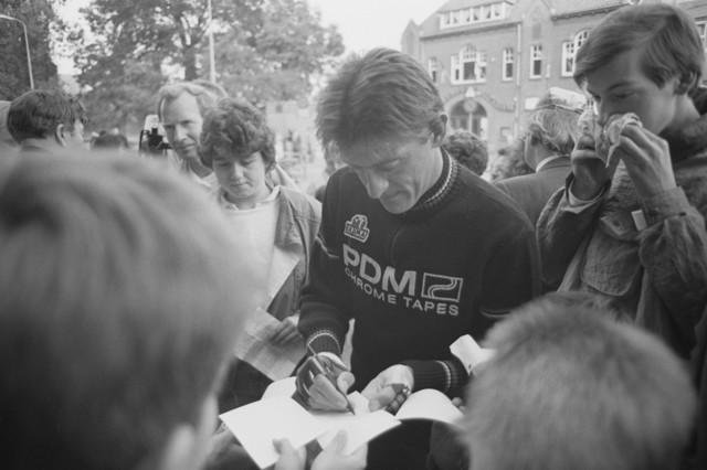 TLB023002661_005 - Gerrie Knetemann (1951-2004), profwielrenner in de periode 1974-1989, deelt handtekeningen uit