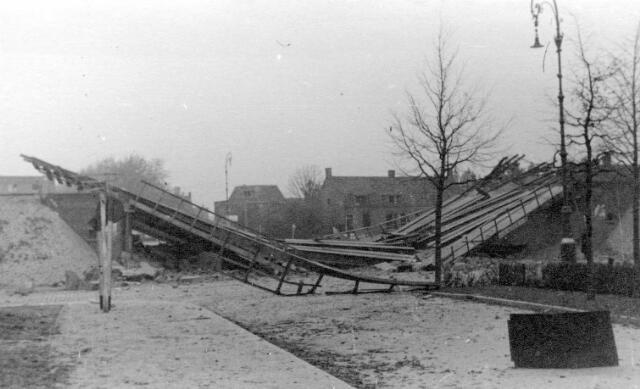064676 - Tweede Wereldoorlog. Vernielde spoorbrug.