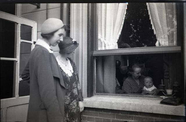 654332 - Privéarchief familie Schmidlin. Links Betsy Schmidlin-Sellen. Achter het raamkozijn haar moeder, Alida E. Sellen-Jansen. Het kind is zeer waarschijnlijk het eerste kind van Betsy en Louis Schmidlin, Louis Willem (1930-1949), roepnaam Boy.