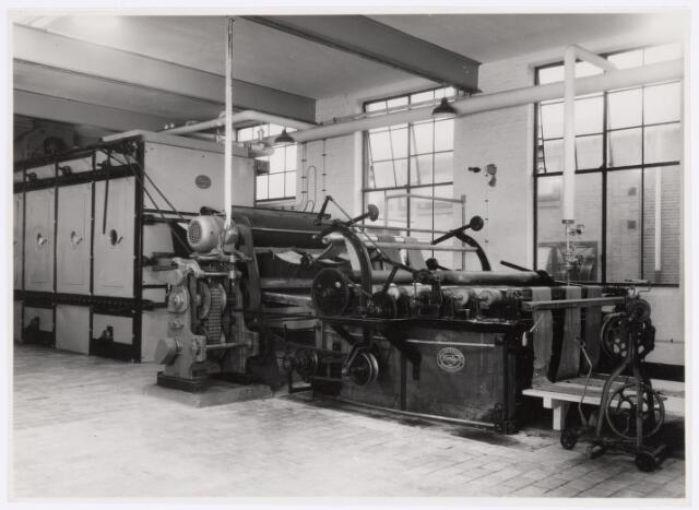 037738 - Textielindustrie. Carboniseermachine van de firma H. F. C. Enneking. Met chemische middelen werden eventuele natuurlijke verontreinigingen uit de stof verwijderd