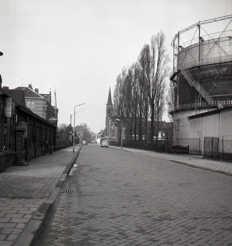 653768 - Topografie. De Lange Nieuwstraat . Rechts de gashouder van de gasfabriek, in het midden de toren van het Clarissenklooster.