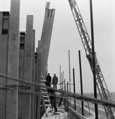 1237_013_050_002 - Bouwplaats. Bouw Stadhuis Tilburg 1963. Het stellen van de muren