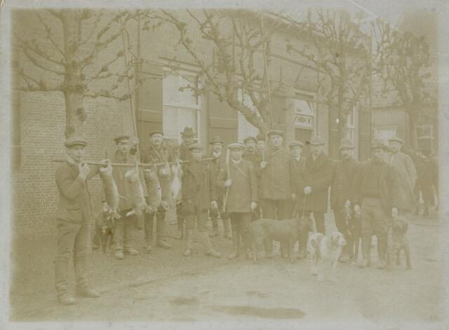 88800 - De jagers van burgemeester Van Hooff (7de van links) in Terheijden. Notabelen en Terheijdense middenstanders omstreeks 1915