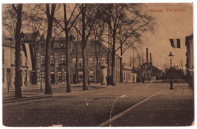 000825 - Noordzijde van de Heuvel, links de Spoorlaan met een transformatorhuisje van het Tilburgse energiebedrijf. Rechts de spoorwegovergang richting Besterd.
