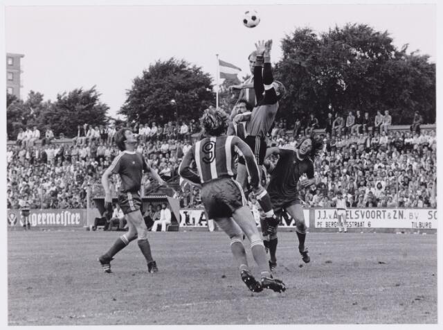 054073 - Sport. Voetbal. Willem ii. Na 12 jaar in de eerste divisie te hebben gespeeld, promoveerde Willem II onder grote belangstelling naar de ere-divisie. Voor meer dan 20.000 toeschouwers won Willem II met 3 - 0 van Telstar. Mede door het gelijk spel van Fortuna S. in Groningen was dit net  voldoende voor de promotie.