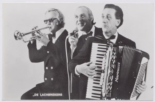 """045393 - """"De Lachbrekers"""" onder leiding van Harry Verhoeven zanger, humorist en conferencier, Pieter Busio accordeon en John Hamers drums en trompet. Verhoeven woonde aan de Martinitorenstraat 109 in Tilburg."""