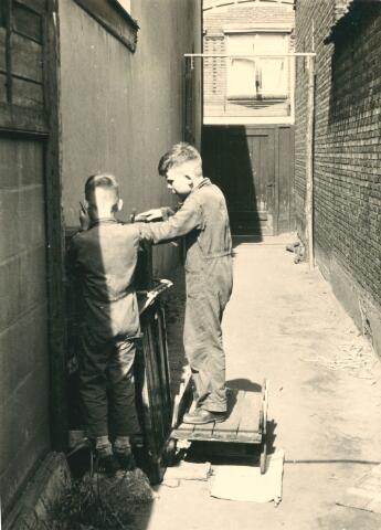 650107 - Verhoeven. Gezin. Timmeren konijnenkooi. Frank (1949) en Ton (1947) Verhoeven.