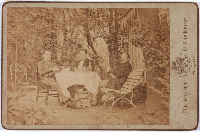 011410 - Gezelschap in het groen, na de maaltijd, ergens in Brussel. Rechts lakenfabrikant Vincentius Aloysius Antonius (Vincent) BOGAERS (1838-1901), gehuwd met Isabella Ph. Th. POLLET (1842-1909). De identiteit van de twee andere heren is onbekend. Boven het hoofd van de middelste troont een zwierig engeltje.   Zie ook foto nr. 3702 en 11408.