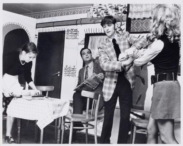 100653 - Toneel E.M.M. groep te Dorst. Scene toneelstuk.