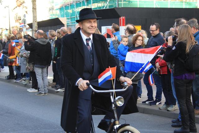 658415 - Tilburg 75 jaar bevrijd. Een optocht met militaire voertuigen en taptoe door de Tilburgse binnenstad op 27 oktober 2019.