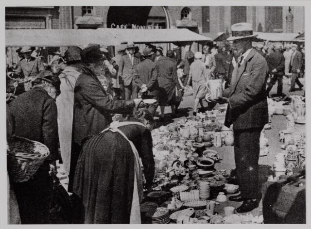 040651 - Oude Markt bij de B.Zwijsenstraat (monument). De potjes en pannetjes koopman (uit Ons Zuiden dd 27 juni 1931).