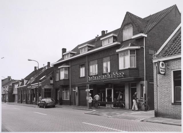 024970 - Bakker Mulders van Mansfeld aan de Laarstraat in 1982