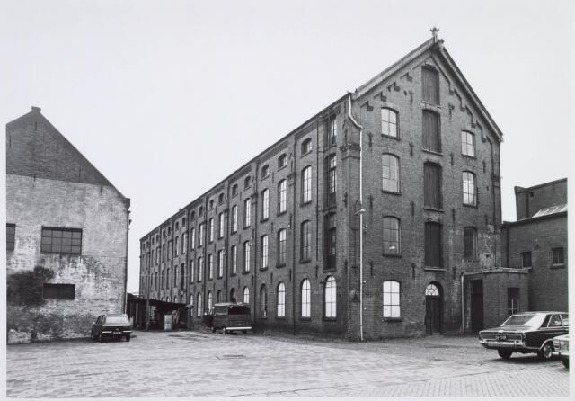 019217 - Gebouw behorende tot het complex van wollenstoffenfabriek C. Mommers. Het is het hoogste fabrieksgebouw dat ooit in Tilburg is gebouwd. Het is in twee etappen tot stand gekomen, te weten in 1885 en 1894. Thans behoort het tot het Nederlands Textielmuseum