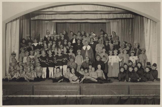 103923 - Toneel. Opvoering door toneelvereniging 't Westend o.l.v. broeder Paulo van de Brioeders van Liefde, mogelijk van het blijspel 'Radeske'in de jaren dertig.