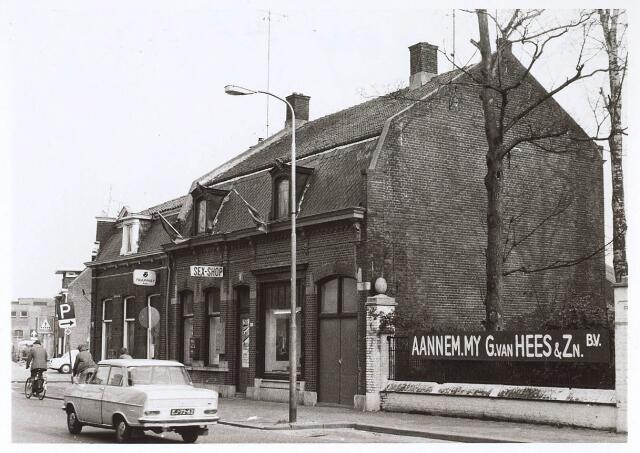 024697 - Café Verschuren en een sexshop aan de Korvelseweg, gelegen naast het voormalige fabrieksterrein van wollenstoffenfabriek Diepen. Op deze plek staan nuw nieuwe winkels