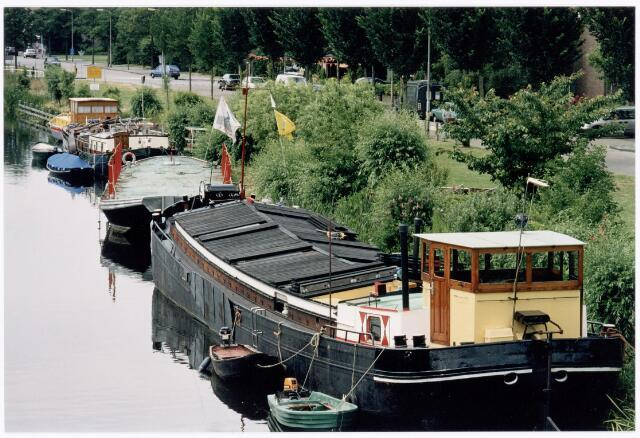 039941 - Scheepvaart in de zijarm van het Wilhelminakanaal richting Piushaven.