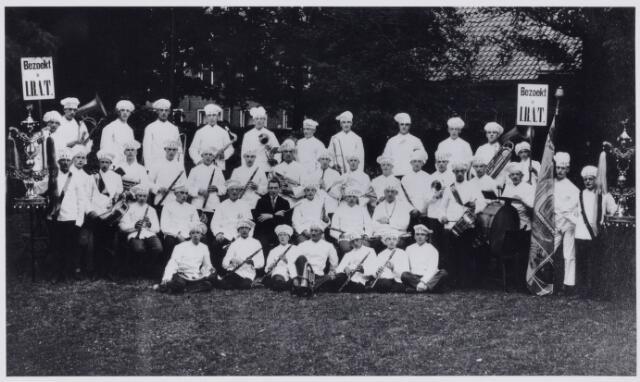 103727 - Tentoonstelling. Bakkers kapelle bij de opening van I.B.A.T. in de tuin van de Kon. Harmonie in de Stationsstraat.(1930)