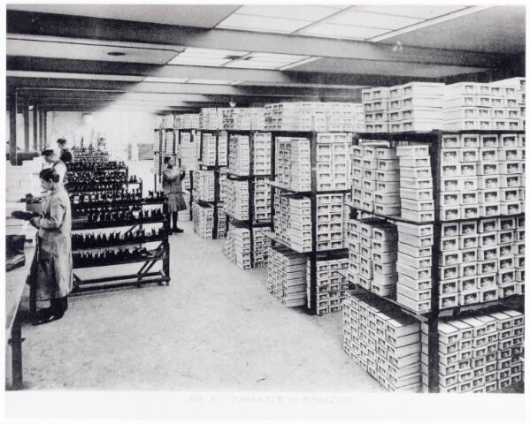 038427 - Nijverheid. Schoen- en leerindustrie. Interieur van N.V. J. van Arendonk's schoen- en lederfabrieken afdeling A eindcontrolle pakkamer en magazijn