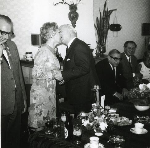 200204 - Dhr. A. van Gool bedrijfsleider bij automobielbedrijf Th. Knegtel viert zijn 40-jarig jubileum. Foto: vlnr van Gool, mevr. van Gool, Th. Knegtel, Fons Knegtel,
