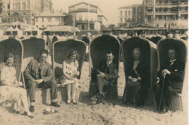 652693 - Mommers, Tilburg. Souvenir van onze badreis op 20 juni 1930. Van links naar rechts: Ietje Peek - Linthorst (1897-1977); Jan Peek (1899-1981); Cis Mommers - Linthorst  (1907-2000); Henri Mommers (1900-1963); Heintje Linthorst - IJsseldijk (1869-1936); Jan Linthorst (1864-1941) op het strand in Scheveningen.
