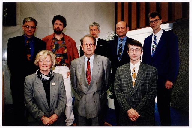 044204 - Het college van B en W na de gemeenteraadsverkiezingen in 1994. Van links naar rechts op de eerste rij Anke van Blerck (VVD), burgemeester Gerrit Brokx, Frits Horvers (CDA). Op de volgende rij van links naar rechts Wim Luijendijk (PvdA), Roel van Gurp (Groen Links), gemeentesecretaris Hein van Oorschot, Pierre van den Ende (CDA) en Ad de Wolf (D66)
