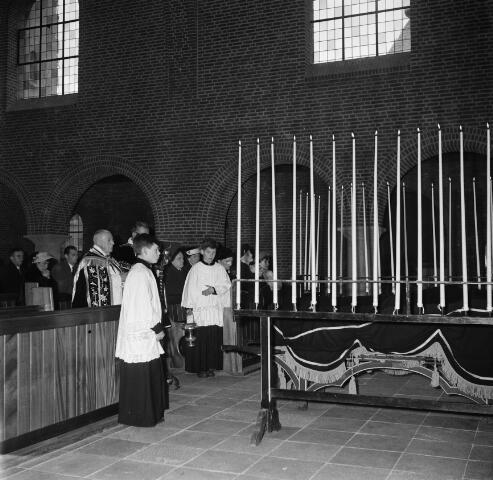 050673 - De uitvaartmis van pastoor W.J.J. de Klijn vond plaats in de Margaretha Maria kerk te Tilburg. Zijn lichaam is na deze mis overgebracht naar Raamsdonksveer en bijgezet in het familiegraf. Op de foto de absoute in de kerk van Raamsdonksveer.