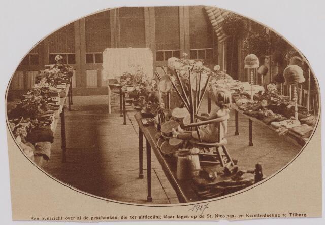 041334 - Een overzicht over de geschenken die klaar lagen voor uitdeling op de St. Nicolaas- en Kerstuitdeling georganiseerd door Korvel Vooruit te Tilburg.