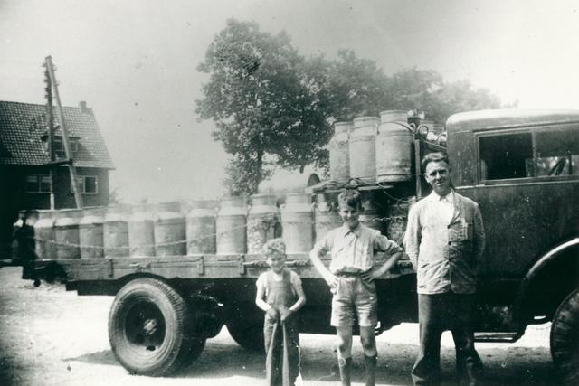830055 - Charles van Gisbergen achter zijn boerderij aan de Veldhoven, rond 1960.