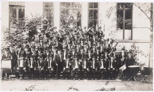 038369 - Voormalig muziekcorps muziekinstrumentenfabriek van de firma Kessels vooraan met hoge hoed en wandelstok de heer M.J.H. Kessels