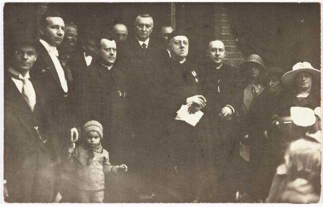 009790 - huldiging van pastoor Franciscus J.A. de Beer in 1923. De Beer werd geboren te Tilburg op 27 december 1853 en overleed aldaar op 10 januari 1928. Hij werd priester gewijd in 1879, na kapelaan te zijn geweest in Berkel, Oisterwijk, Beuningen en Goirle, werd hij in 1898 bouwpastoor van de parochie van O.L.V. van de Allerheiligste Rozenkrans (parochie Hasselt). De foto werd genomen bij zijn zilveren pastoorsjubileum in 1923.