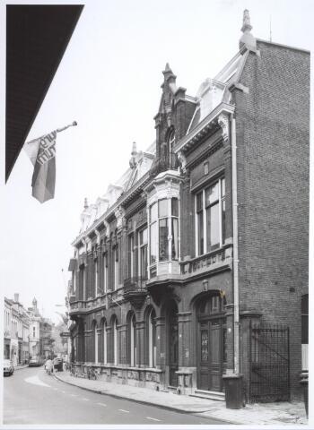 026828 - Statige panden aan de Nieuwlandstraat halverwege oktober 1981, gezien in de richting van de Stationstraat