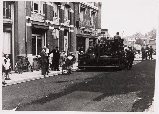 035300 - Willem II-straat tijdens de nieuwe asfaltering in 1957