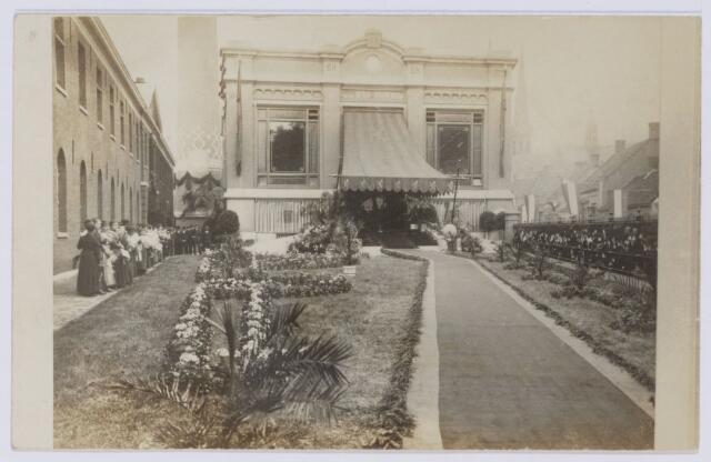 049110 - Textielindistrie. Het versierde ketelhuis van textielfabriek Beka ter gelegenheid van het bezoek van koningin Wilhelmina aan dit bedrijf.