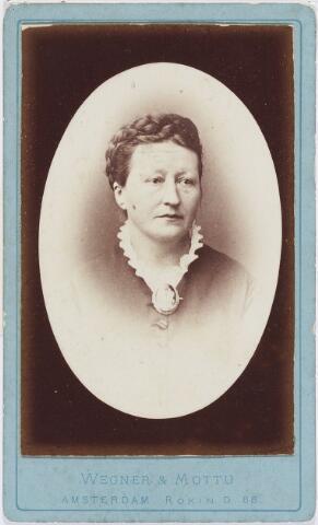 004620 - Antonetta Leonora VERBUNT (* Tilburg 13-7-1826  + 5-3-1894), was een dochter van de brouwer Francis L.J. Verbunt. Zij trouwde op 30-7-1851 in Tilburg met de lakenverver Caspar Houben uit Berkel.