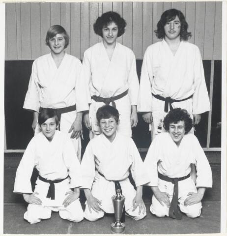 91025 - Made en Drimmelen. Het Judo jeugdteam uit Made, Kampioen. Van inks naar rechts (staand) Jacq Rovers, Kees Meulemans en Jan Leenmans; knielend Michiel Rullens, Bennie de Laat en Albert van Riel.