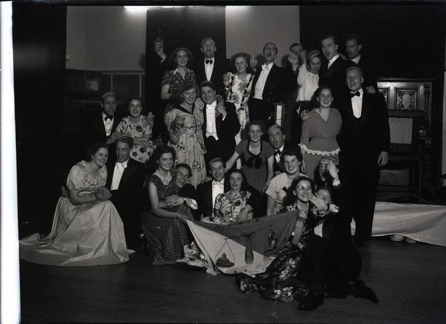 """654942 - Leden van studentenvereniging """"Brain Busters"""" tijdens een gala-avond."""