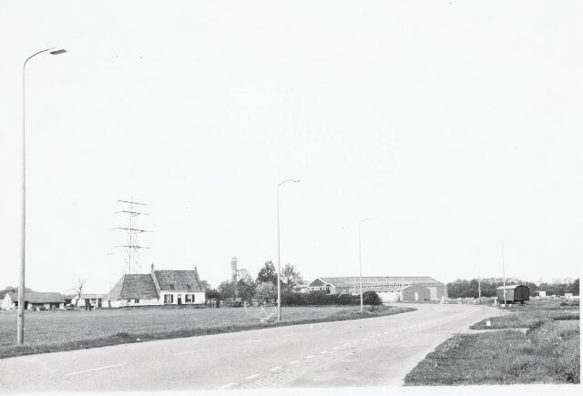 032946 - Moleneind 25 thans Stokhasseltlaan kijkend op manage van Van Mensvoort en de boerderij, genomen vanaf richting Heikant: de molen stond aan de overkant van de weg