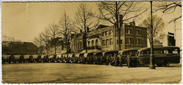 604109 - Het wagenpark en het personeel van de Stadsdienst Tilburg van de Fa. Heerkens op de Heuvel in Tilburg. Rechts op de achtergrond het politiebureau op de Heuvel.