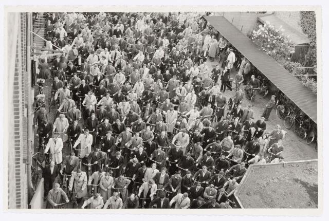 """039147 - Volt, Algemeen, Groepsfoto. De """"Uitgang"""" van Volt in 1952. Locatie Voltstraat met rechtsonder op de foto het dak van de portiersloge."""